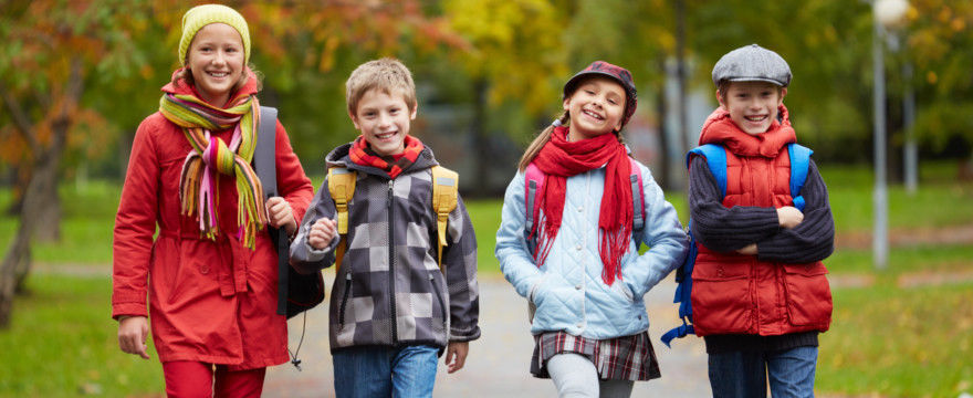 Samodzielna i bezpieczna droga do szkoły? Kiedy pozwolić na nią dziecku?