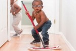 Obowiązki domowe dziecka: czy dzieci powinny pomagać nam w domu?